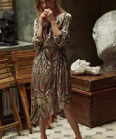 asymetryczna sukienka z dodatkiem jedwabiu